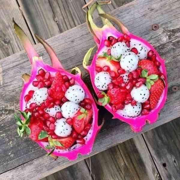 דרגונברי - נוזל אידוי בהתאמה אישית, בטעם פרי הפיטאיה בשילוב תערובת גרגירי יער ייחודית ומעליהם שמנת מתוקה וכדור גלידת וניל.